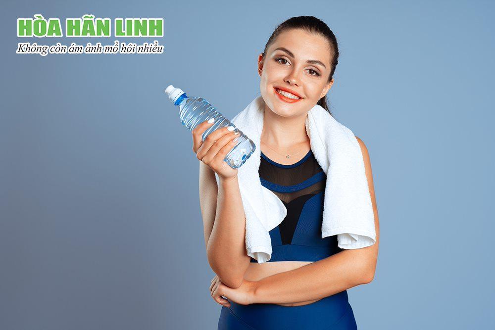 Nên uống nước lọc và nước bù điện giải khi đổ mồ hôi nhiều